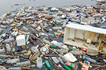 A poluição vai acabar com os peixes deste rio!