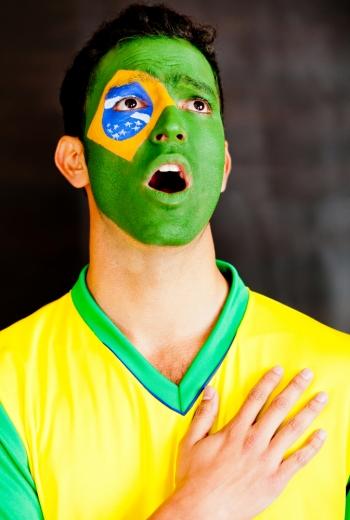 Cantando o Hino Nacional Brasileiro